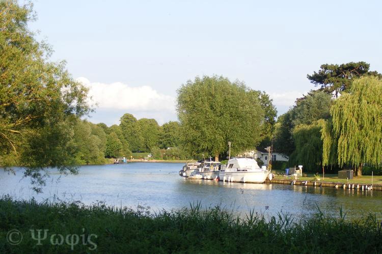 river thames,boat