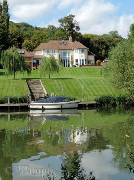 Streatley house,thames,boat